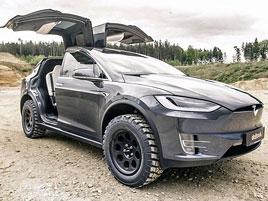 Že SUV nejsou do terénu? Tahle Tesla Model X si na něj klidně troufne!