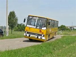 Driftovat se dá s čímkoliv, třeba s autobusem Ikarus