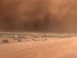 Jak vypadá písečná bouře z auta? Tohle video z Austrálie vám to ukáže