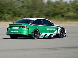 Nejdivnější závod, jaký dnes uvidíte. Elektrické Audi si podá Porsche 911 GT2 RS. Pozpátku…