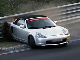 Tohle video z Nürburgringu ukazuje, jak zákeřná mohou být auta s motorem uprostřed