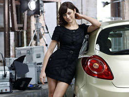 Bond girl Olga Kurylenko (a vedle ní nějaké auto...): titulní fotka
