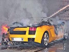 Výrostci zapálili Lamborghini Gallardo: titulní fotka