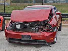 Puberťáci se vloupali do autosalonu, ukradli několik drahých aut a spoustu jich nabourali. Výsledkem je škoda okolo 17 milionů: titulní fotka