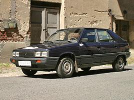 Řídili jsme auto z bondovky. Ale trochu jiné, než byste čekali. Jaký je Renault 11?: titulní fotka
