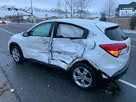 """Světem se šíří další hloupá """"výzva"""". Mladá řidička zkoušela jet po slepu, samozřejmě bourala: titulní fotka"""