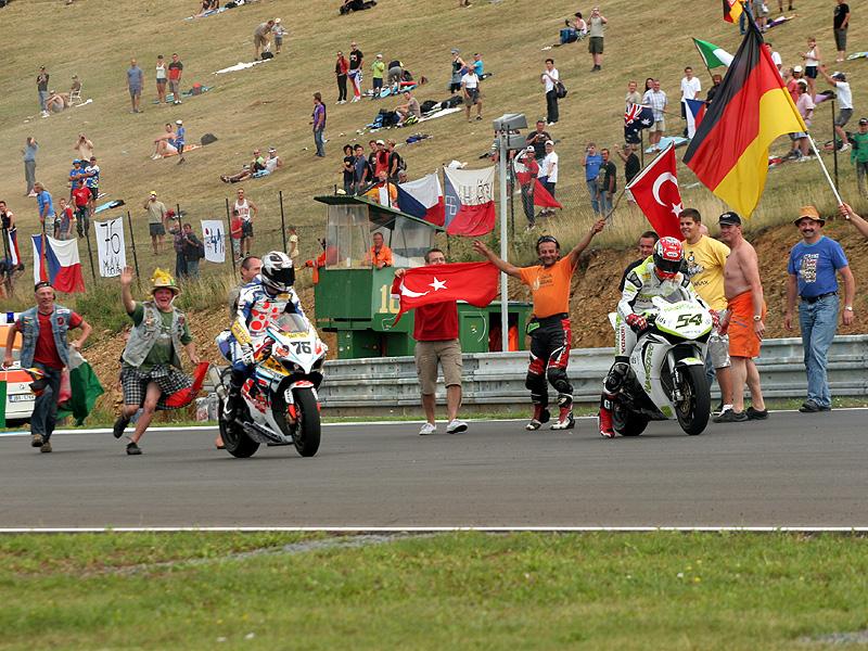 Víkend se Superbiky na brněnském okruhu (velká fotogalerie): - fotka 104