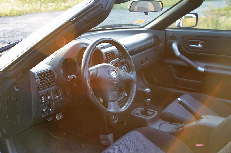 Poslední generace Toyoty MR2 je jedním z nejlevnějších aut s motorem uprostřed. Stojí za koupi?: - fotka 2