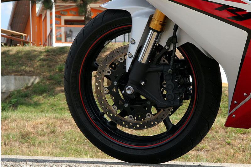 Test - Yamaha YZF-R1: sportovní kráska: - fotka 25