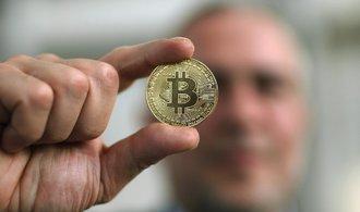 Cena bitcoinu se hroutí. Prohlédněte si čtyři grafy možného vývoje, kterými se držitelé utěšují