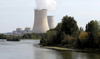 Emisní povolenky dál zdražují, projevují se problémy francouzských jaderných elektráren
