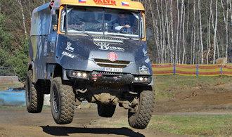 Nekolikatunové kamiony létají vzduchem. Podívejte se, jak závodníci trénují na Dakar