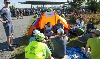 U fabriky jako na festivalu. Stávkující dělníci z Volkswagenu grilují, hrají karty a opalují se