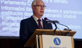 Komentář Bohumila Pečinky: Karty ve hře o Hrad rozdá Zeman