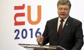 Poro�enko se p�i cest� na Donbas dostal do p�est�elky