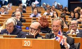 Pro� tu je�t� jste? Juncker se v europarlamentu tvrd� op�el do Nigela Farage