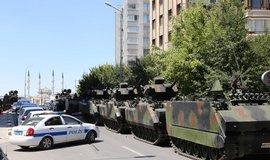 Turecko rozpust� prezidentskou str�, pu�e se ��astnila desetina �len�