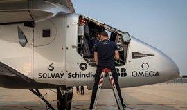 Sol�rn� letoun Solar Impulse 2 dokon�il oblet sv�ta, let trval 500 hodin