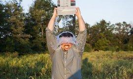 Pol�v�n� vodou na Facebooku opravdu pomohlo. V�dci hl�s� pr�lom v l��b� ALS