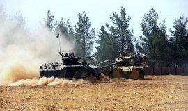 Tureck� tanky p�ejely syrskou hranici, cht�j� dostat Kurdy za Eufrat