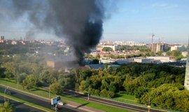 V Moskv� uho�elo nejm�n� 17 lid�, sklad vzpl�l z nezn�m�ch p���in