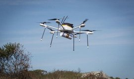 UPS zkou�� drony v praxi, p�epravuj� bal��ky prvn� pomoci