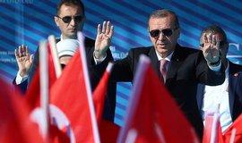Pom�eme v�m dob�t Rakku, ale bez Kurd�, sl�bil Erdogan USA