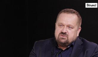 Vládní politika je jen čekání na další krizi, říká novinář Petr Fischer