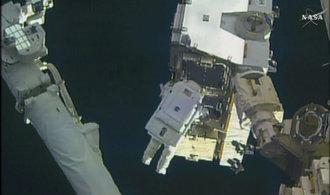 VIDEO: NASA sestříhala snímek, kdy astronauti opravovali stanici ISS ve volném vesmíru
