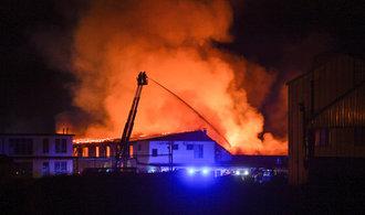 V Lysé nad Labem hoří výrobní hala výrobce kovového nábytku, škoda přesahuje sto milionů korun