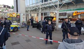 V Německu najel řidič autem do lidí na chodníku, tři zranil. Policie ho dopadnula