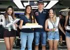 P�te�n� fotogalerie: Verstappenovy narozeniny, po��r u Renaultu