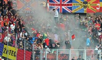 Zákaz vstupu na stadiony mají desítky výtržníků. Pachatele se daří dohledat, říká podplukovník Schoř