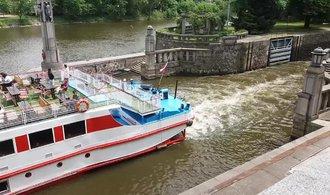 Mosty na Vltavě povyrostou. Vejdou se pod ně větší lodě, i s odpadky
