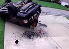 Frajerské otočení řidič Range Roveru nezvládl. Pokus skončil kotoulem