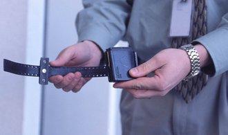 Firma SuperCom dodá náramky pro vězně. Celkem jich dodá dva tisíce