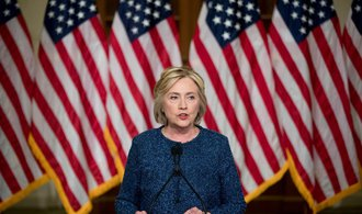 Clintonov� se bl�� rozhoduj�c�mu n�skoku, Trump na ni ztr�c� u� 14 procent