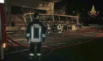 Autobus s maďarskými školáky hořel na dálnici u Verony, zemřelo 16 lidí