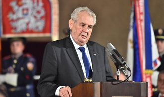 St�tn� vyznamen�n� Zeman ud�luje v�le�n�mu veter�nu Kleme�ovi, zp�v�ku H�lkovi �i n�meck�mu eurokomisa�i