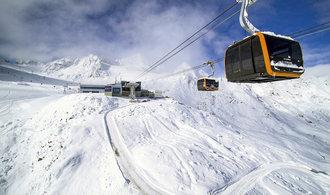 Lyžaře v Tyrolských Alpách vozí nová lanovka od Pininfariny. Sezona trvá až do června