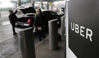 Řada skandálů firmou Uber neotřásla. Taxislužbě klesla ztráta