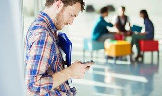 Peníze v mobilu, šéfové v mailu