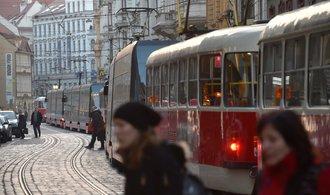 Prasklá kolej paralyzovala tramvajový provoz v Praze. Opravy se protáhnou do soboty