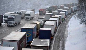 Kolaps na D1 stojí ekonomiku miliony, říkají dopravci. ŘSD a policie podle nich zanedbávají prevenci