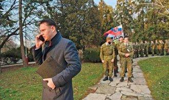 Recenze: Mrazivá pouť od hraní na vojáky k politice