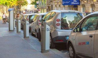 Paříž se zbavuje sdílených aut, projekt prodělával miliony