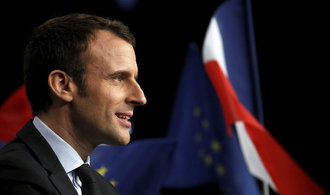 Macron těsně vítězí nad Le Penovou, ukazují první odhady výsledků francouzských voleb