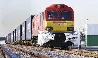 Do Británie dorazil první nákladní vlak z Číny. Přivezl módu a tašky