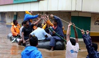 Záplavy v jižní Indii uvěznily tisíce lidí, mrtvých je přes 350