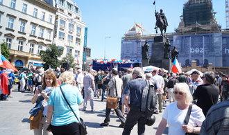 OBRAZEM: V Praze se sešli odpůrci Sobotky a islámu, bylo jich jen pár stovek